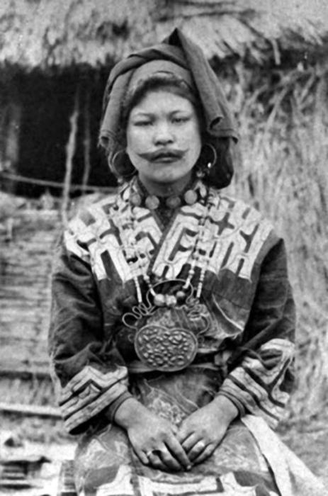Некоторые видят даже связь между чернением зубов у японок и татуированным лицом у айну.